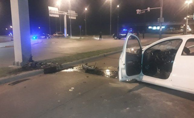 El VW Gol impactó violentamente conra una columna. Una mujer perdió la vida.