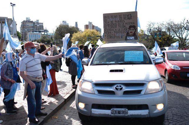 Los manifestantes se volcaron a media tarde al Monumento a la Bandera para protestar contra las políticas del gobierno nacional.
