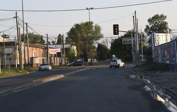 Un lugar que cambiará. La calle Wilde se extenderá hasta la autopista a Córdoba sin afectar a los clubes de la zona. (Foto: M. Bustamante)