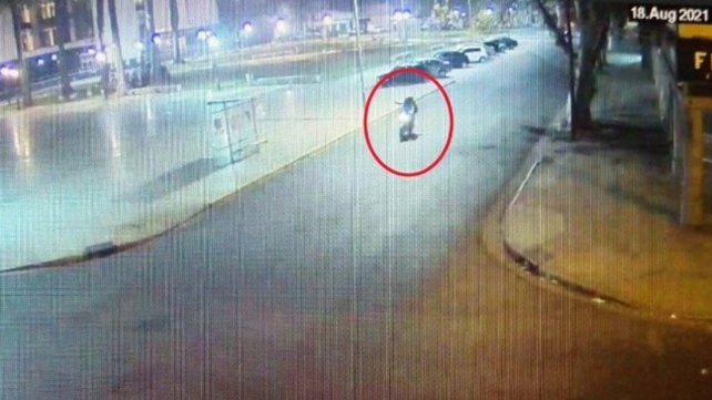 El video del momento en que atacan a balazos desde una moto al Centro de Justicia Penal