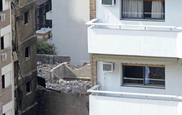 Un edificio colapsó tras la explosión ayer. (Foto: S. Salinas)