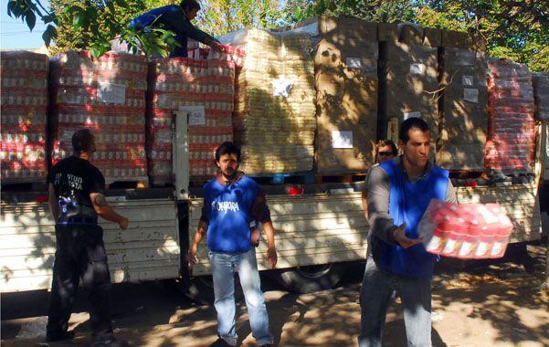Militantes. Los jóvenes de La Cámpora participan de la ayuda solidaria.