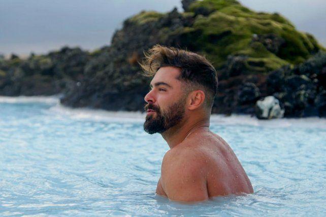 Islandia. Efron se sumerge en el agua geotermal de la Blue Lagoon.