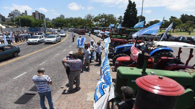 Reclamo. Los manifestantes confluyeron con sus tractores en el Monumento a la Bandera.