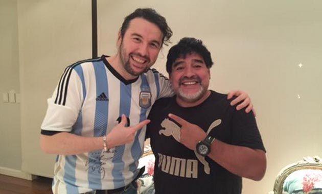 Su nombre es Diego Armando Maradona. Signo distintivo: El mejor jugador de fútbol de todos los tiempos