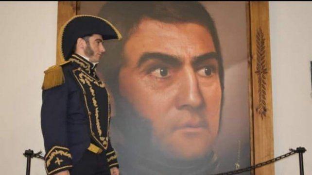 El San Martín recreado actoralmente junto a la gigantografía digitalizada del Prócer