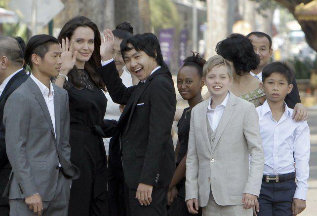 Angelina Jolie reapareció en público el sábado junto a sus hijos en la presentación de su nueva película en Camboya.