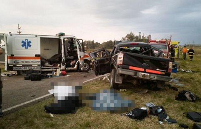 La Ford Ranger chocó contra una ambulancia de una empresa privada de Gualeguaychú. (@DiarioRioUruguay)