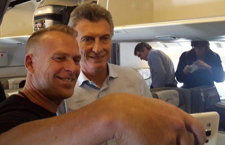 El presidente publicó una foto en la red social Twitter desde el avión antes de emprender viaje.