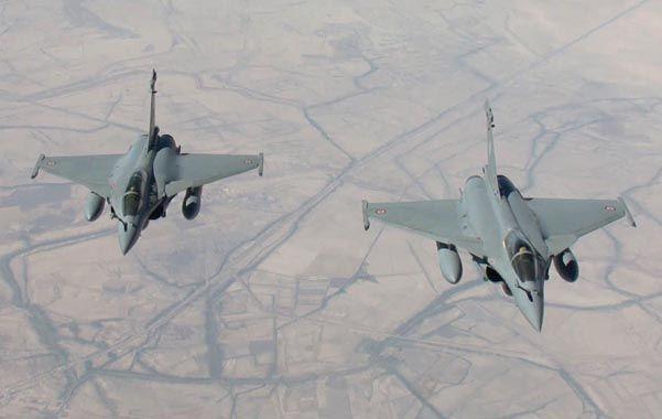 Dos cazas galos vuelan sobre el desierto de Irak. Tienen su base en los Emiratos Arabes Unidos.