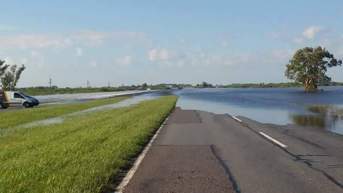 Entre Arocena y Coronda. La autopista Rosario-Santa Fe permanece cortada por el desborde del arroyo Colastiné.