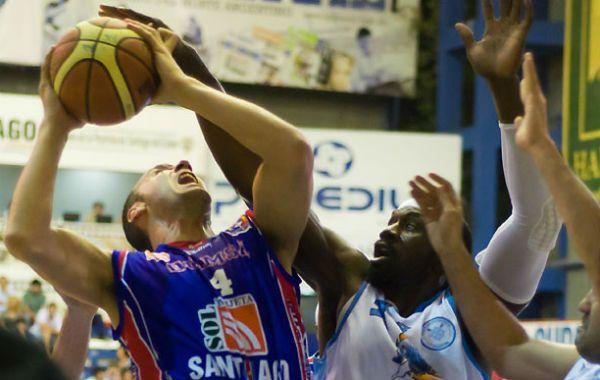 Busca el aro. Diego Lo Grippo intenta lanzar frente a la marca correntina.
