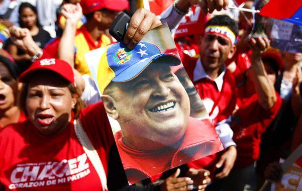 Entusiasmo. La militancia chavista se concentró de inmediato en las plazas para celebrar el regreso de su líder.