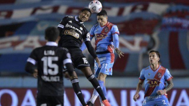 Jesús Castillo supera a Nicolás Castro en lo alto.