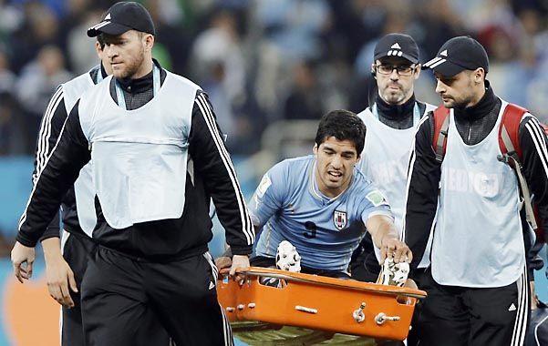 Salida. Suárez es retirado en camilla en el partido ante Inglaterra
