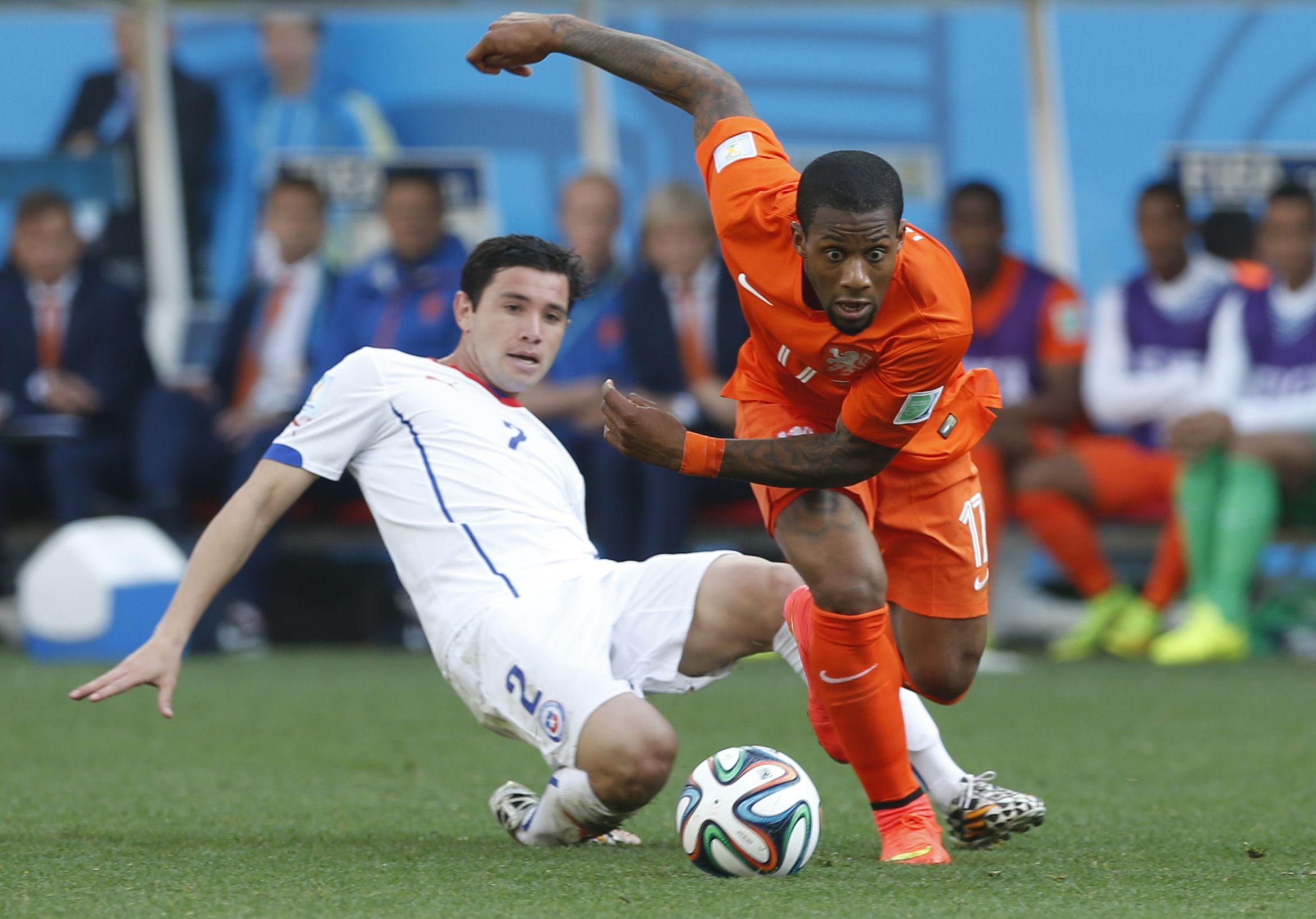 Holanda consolidó su chapa de candidato al ganarle por 2 a 0 a Chile en el último partido del Grupo B.