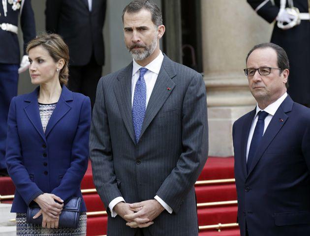Felipe en el Palacio Eliseo junto a su mujer Letizia y el presidente francés Francois Hollande. (Foto:Reuters)