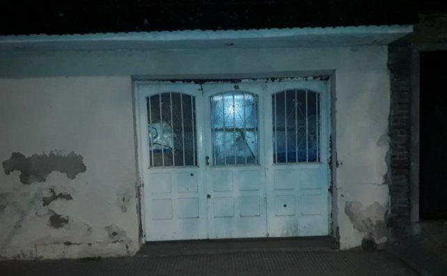 La madrugada del 30 de junio pasado una vivienda de Francia al 5300 fue atacada a balazos. La inquilina denunció y una mujer de 33 años fue acusada por la balacera.