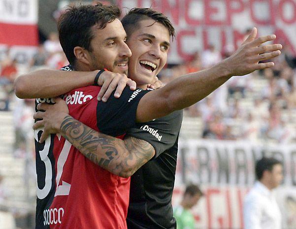 Gran cierre. Scocco ya clavó un golazo y celebra junto al lateral Escobar el 2 a 0 en Núñez ante River. (Sebastián Suárez Meccia / La Capital)