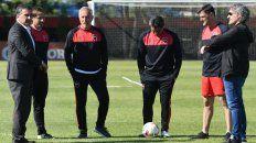 Se define el futuro. El presiente Ignacio Astore y el mánager deportivo Julio Saldaña aceleran la elección del nuevo entrenador. Ante el rojo, Taffarel seguirá en el banco.