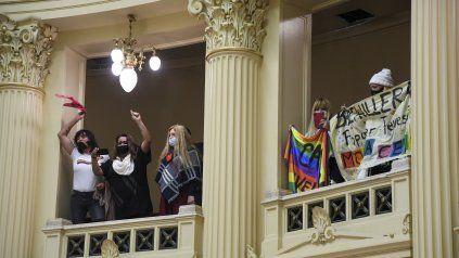 La sesión fue seguida desde el recinto de la Cámara alta por representantes de la comunidad trans.