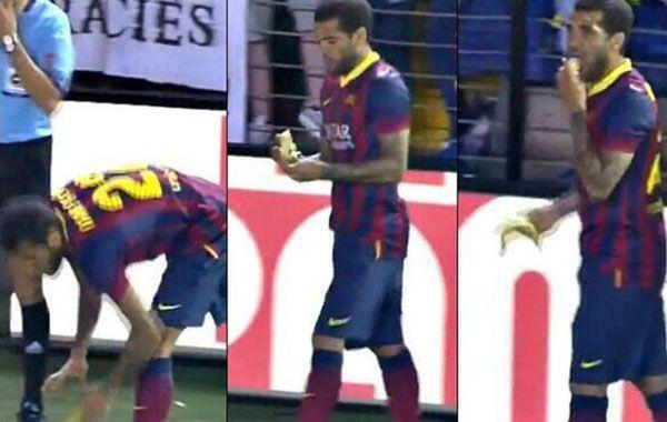 El brasileño Dani Alves tomó la banana que le arrojaron y se la comió.