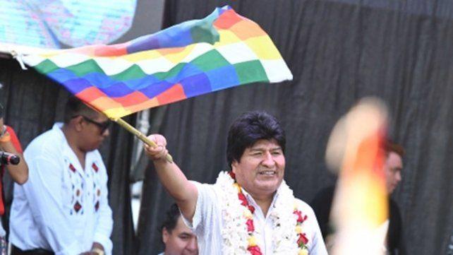 agita. El ex mandatario durante un acto efectuado en Buenos Aires donde cumple su exilio.