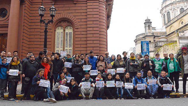 Manifestación. Los trabajadores reclamaron frente al Palacio de los Leones