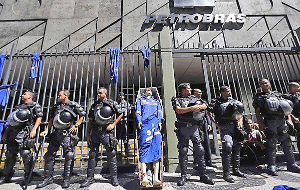 Malestar. La policía militarizada protege la sede de Petrobras en Río de una protesta de trabajadores de la empresa.