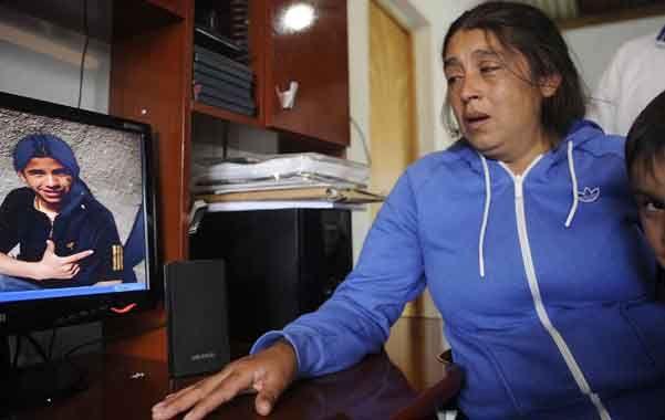 Destrozada. Carina no puede creer que su hijo Fabricio ya no esté. Sólo quedaron imágenes de él grabada en la PC. (Foto: F. Guillén)