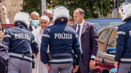 Francisco saluda a los policías que lo escoltaron hasta el Vaticano. Imagen tomada de la televisión