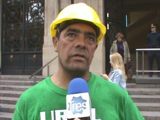 Maratón alrededor de Gobernación de un obrero que dice ser discriminado