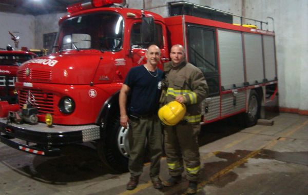 Todo terreno. Miguel Cingolani (derecha) trabajó como bombero en Firmat durante 2009.