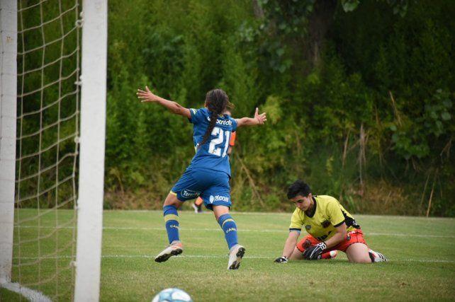 Verónica Acuña celebra en el triunfo de Central ante Defensores de Belgrano.