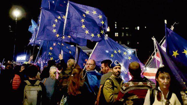 Londres. Manifestantes anti Brexit anoche en las afueras del Parlamento.
