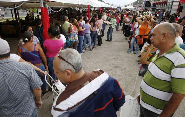 Armados de paciencia. Las típicas e interminables colas de los venezolanos para tratar de conseguir alimentos.