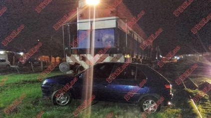 San Lorenzo: un tren embistió a un auto donde viajaban cuatro personas