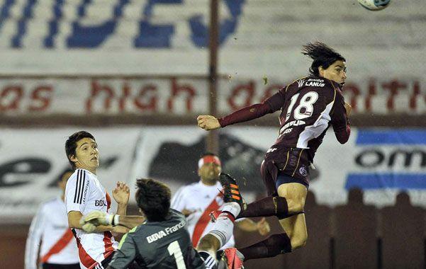 Se los hizo como quiso. Ismael Blanco anticipa a Barovero y define con categoría para cerrar la goleada por 5 a 1.