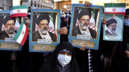 El régimen sacó a sus militantes a las calles de Teherán para celebrar la victoria de Raisi.