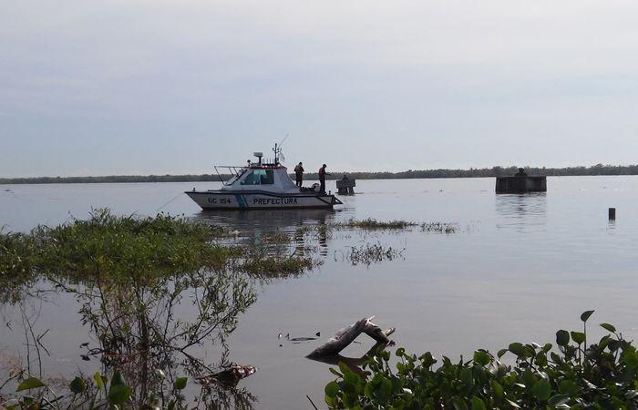 Prefectura buscaba al joven en las aguas del río Paraná. (Foto: Sebastián Suárez Meccia / La Capital)