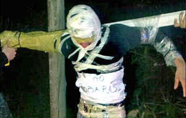 Macabro. La foto del maniatado Robledo circuló por las redes sociales.