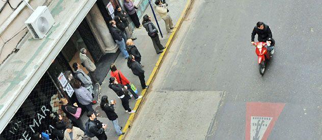 Una postal que volvió a notarse en las esquinas de la ciudad: pasajeros esperando durante mucho tiempo la llegada del colectivo.