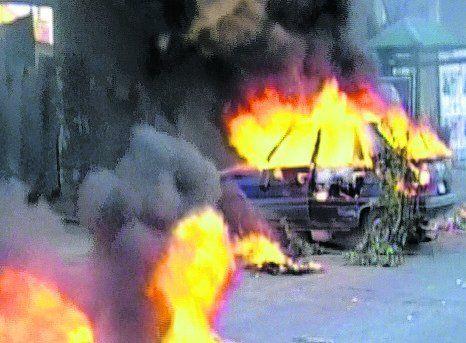 glew. La familia y los amigos de Ayelén atacaron autos y los quemaron.