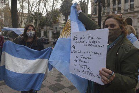 Un grupo de manifestantes protestan contra la reforma judicial que impulsa el gobierno.