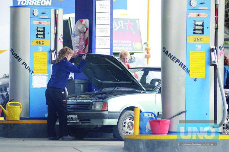 Sin grandes variaciones. Los empresarios de combustibles de Paraná entienden que por la nueva medida no deberían producirse grandes aumentos. Foto UNO/Archivo