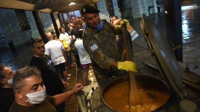 Los veteranos de Malvinas reparten cerca de 300 raciones de comida por las calles de Rosario. (Foto de archivo)