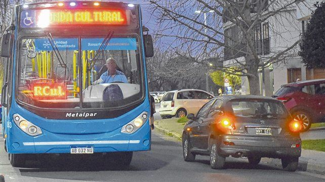vacío. La imagen lo dice todo. Una unidad de la Ronda Cultural viaja por las calles de Rosario sólo con el chofer a bordo.
