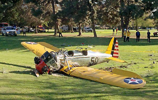 accidente. La avioneta de Ford cayó de panza sobre el campo de golf Penmar Gof Course