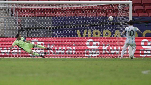 Messi anota en la tanda de penales durante la semifinal de la Copa América contra Colombia. AP Photo / Eraldo Peres