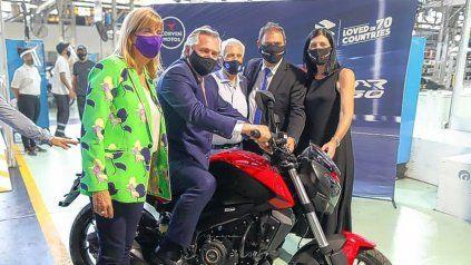 Alberto Fernández junto a la vicegobernadora, Alejandra Rodenas, en la recorrida por la fábrica de motos en Venado Tuerto